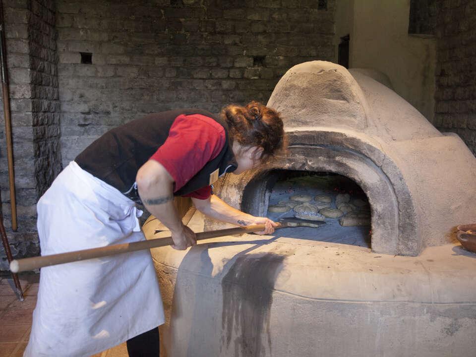 Augusta Raurica Brotbacken Erwachsene 09 Foto Susanne Schenker jpg