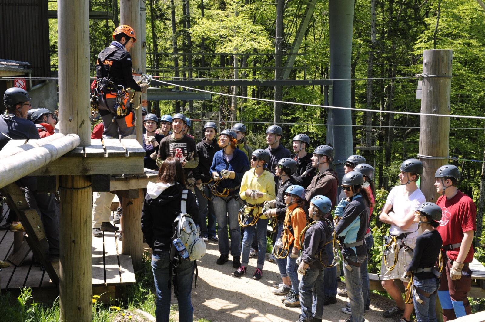 Spass in der Gruppe beim Klettern im Waldseilpark auf den Wasserfallen Bild LRW